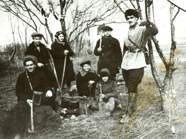 1937 год. М. Покровский и Н. Анфимов на археологической практике.